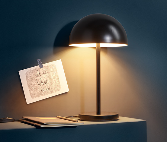 Kovová stolní lampa s LED