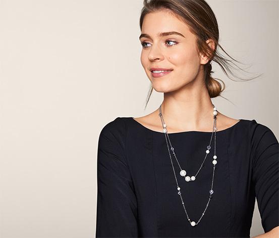Vrstvený náhrdelník zdobený skleněnými kamínky a skleněnými perlami